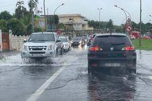 L'eau est montée sur cette portion de route au Lamentin.