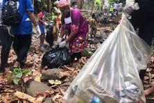 Les membres de Maeva Sport n'ont pas eu du mal à remplir leurs sacs poubelles en nettoyant la rivière.