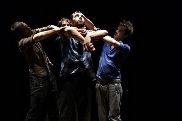 """""""Mètre carré"""" met en scène 4 jongleurs dans un espace de 8 mètres"""