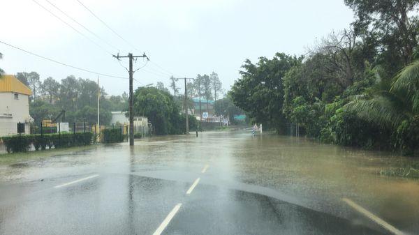 Cyclone Hola, route longuement inondée sur la RT1 à la Dumez à Auteuil (10 mars 2018)