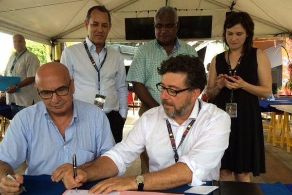 Michel Kops, directeur du réseau France télévisions outremer et Dominique Friguglieti, représentant d'ABC Australie ont signé jeudi matin