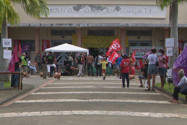 Manifestants devant la maison des syndicats