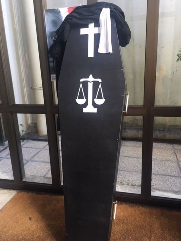 Cercueil symbolique manif des avocats 11 avril 2018