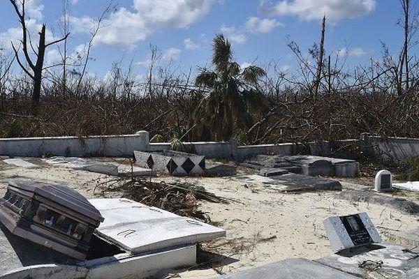 Le petit cimetière de l'île de Grand Bahama après le passage du cyclone Dorian