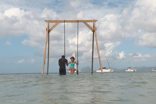 Une balançoire dans l'eau de mer