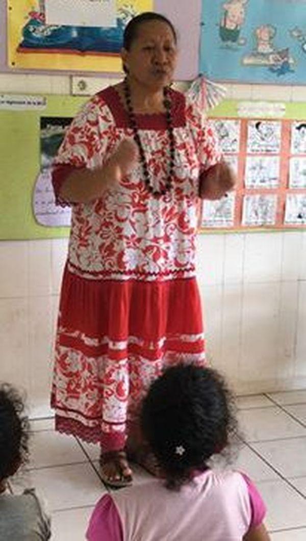 Mama Iopa lors d'un de ses cours à l'antenne de Pirae