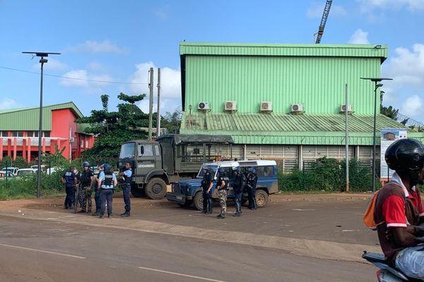 Les gendarmes postés devant le lycée de Kahani