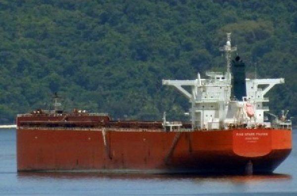 Le cargo Five Stars Fujian abandonné par ses propriétaires au large du port de Gladstone, dans le Queensland.