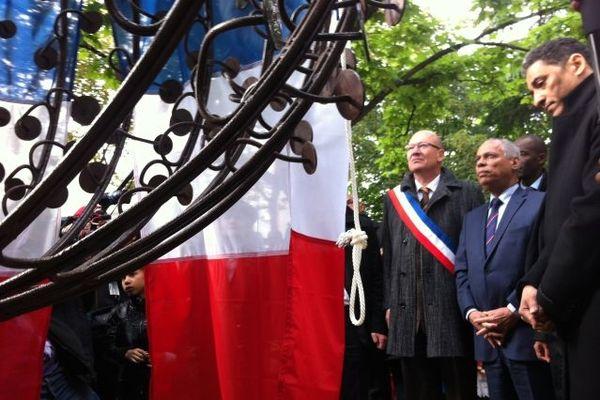 Denis Paillard, maire de Saint-Denis, Victorin Lurel et Serge Romana devant le monument
