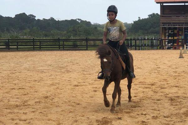 Samuel, 10 ans, a  remporté les jeux western en équipe avec sa maman Audrey.
