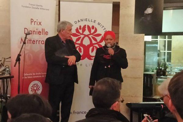 Nora Stephenson, porte parole du collectif Or de Question, lors de la remise du prix Danielle Mitterrand Fondation France Libertés