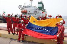 Les équipages iraniens et vénézuéliens fêtent l'arrivée du pétrolier Fortune.