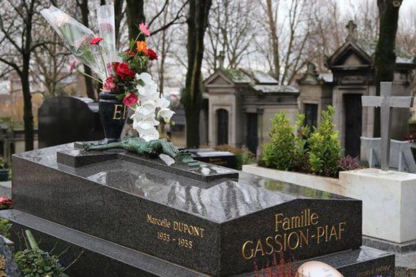 La tombe d'Edith Piaf (division 97) est située à 500 mètres environ de celle d'Edith Lefel (division 45)