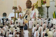L'archevêque David Macaire préside la consécration du diocèse au Sacré-Coeur de Jésus à la paroisse de Balata à Fort-de-France (11 juin 2021).