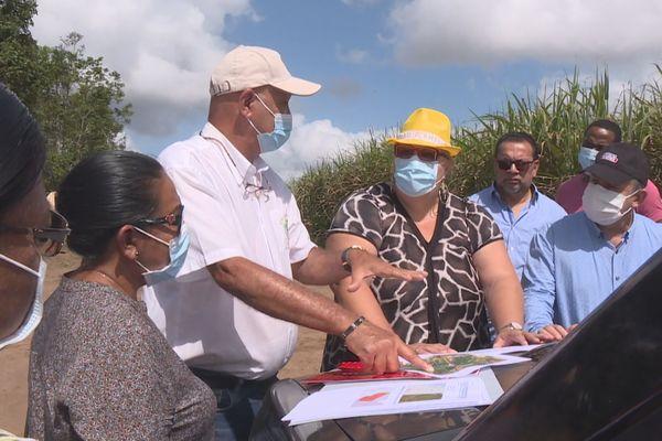 Repérage sur le terrain pour une ferme photovoltaïque à Saint-Laurent