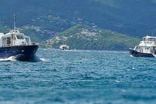 Deux des bateaux des vedettes Tropicales dans la baie de Fort de France.
