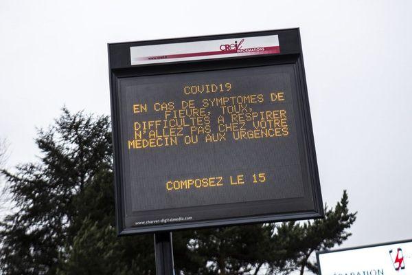 À Creil, dans l'Oise, les habitants sont appelés à rester chez eux, pour éviter tout risque de propagation de l'épidémie de coronavirus.