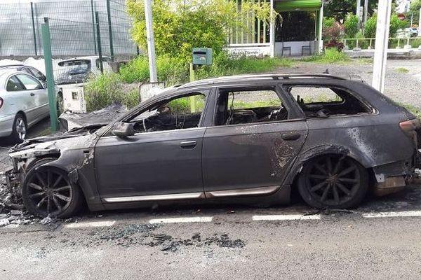 Une voiture incendiée dans le centre-ville de Saint-Denis.