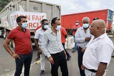 Les transporteurs bloquent à nouveau l'accès au chantier de la NRL à la sortie de Saint-Denis.
