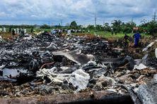 L'épave de l'avion quelques heures après le crash.