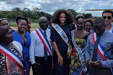 Alicia Aylies, Miss France aux côtés du maire de Maripasoula Serge Anelli et de Miss Maripasoula