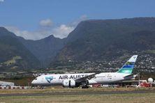 Un Boeing de la compagnie Air Austral posé sur le tamac de l'aéroport de Gillot à La Réunion.