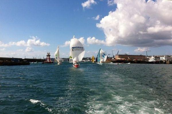 Les bateaux passent une dernière fois sous spi dans le port de Brest
