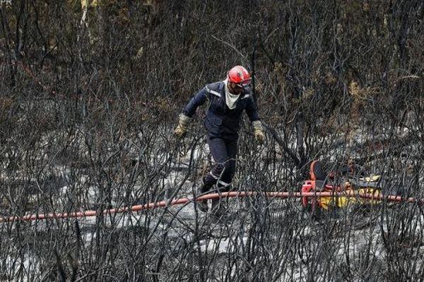 Un pompier lutte contre l'incendie du Maïdo, lundi 9 novembre.