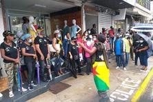 Les militants de Trop Violans et Les 500 Frères mobilisés face au commissariat de Cayenne