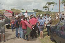 Manifestation des habitants d'Ajoupa Bouillon devant le siège de Cap Nord.