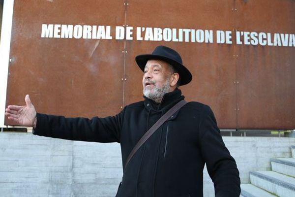 Octave Cestor à l'entrée du mémorial de l'abolition de l'esclavage