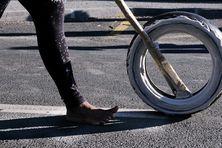 Une coureuse s'élance, pied nus, pour parcourir les 1.8km de la course de pneus.
