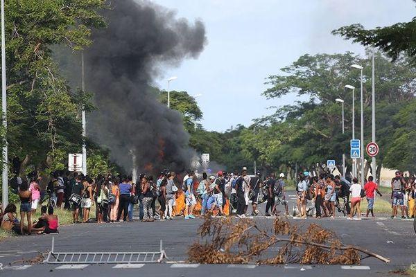 Affrontements entre jeunes et forces de l'ordre devant un lycée du Port