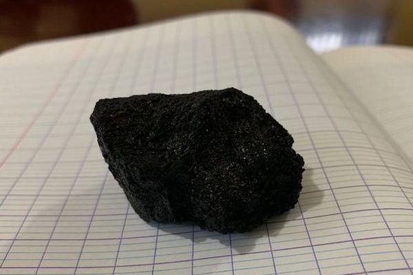 Un morceau de la lave du nouveau volcan a été prélevé.