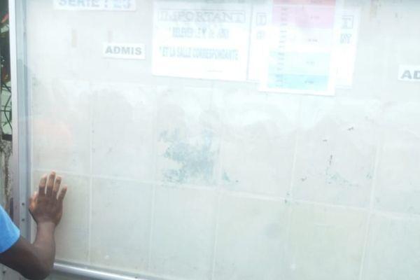 Les tableaux devant affichés les résultats du bac désespérément vides à Rivière-Salée