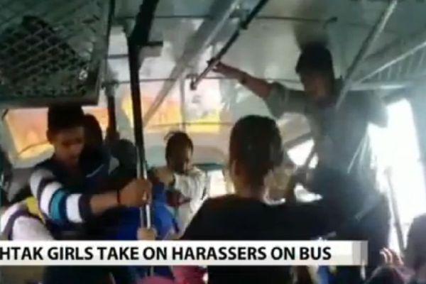 Deux indiennes répliquent agresseurs dans bus