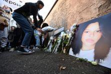 Des fleurs sont déposées près du collège où était scolarisée Dinah, à Mulhouse, le 14 octobre 2021.
