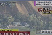 Ces images d'énormes glissements de terrain à Atsuma ont été filmées par la chaîne publique NHK et diffusées sur Twitter.
