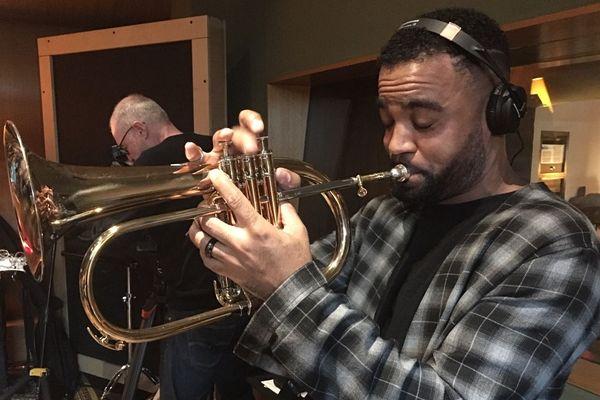 Ludovic Louis en studio d'enregistrement