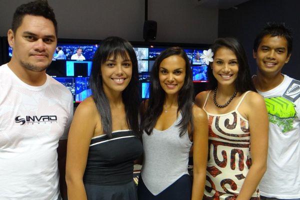 Talia Valenta, présentatrice de la météo sur France Ô entourée de Mateo, Lovaina, Mehiata et Heiroa, les présentateurs de la météo sur Polynésie 1ère