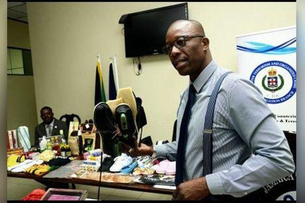 Jamaïque: le Commissaire ajoint Clifford Chambers avec des produits de contrefaçon