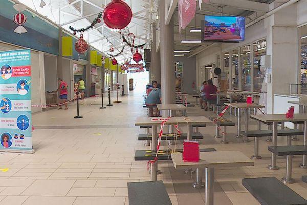 La galerie marchande de Carrefour Taravao déserte
