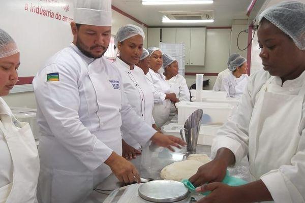 Cours de boulangerie pâtisserie dans le camion du Senai