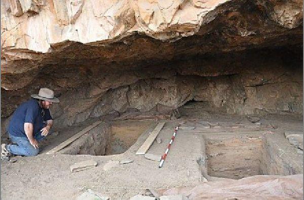 L'archéologue Giles Hamm dans la grotte (un abri de falaise) de Warratyi.