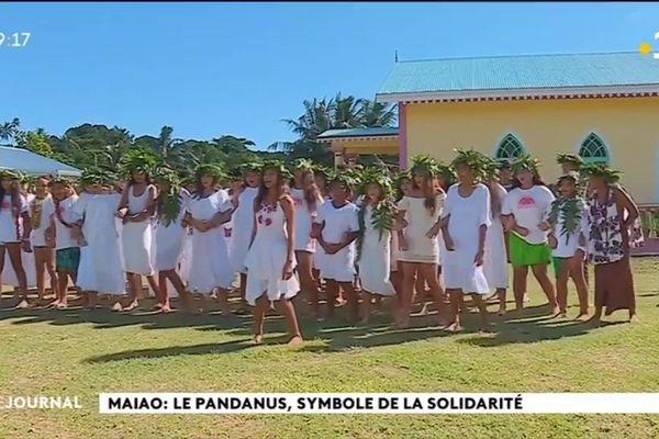 Les ados de Moorea offrent un spectacle à la population de Maiao