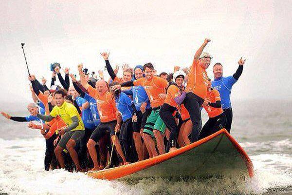 66 surfeurs sur une même planche battent le record du Monde
