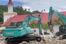 L'ancienne salle paroissiale de Anau (Bora Bora) en cours de destruction.
