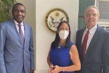 Daniel Foote, envoyé spécial des États-Unis à Port au Prince (à droite) avec Joseph Lambert, président du Sénat haïtien (à gauche) et Michèle Sison, ambassadrice américaine en Haïti (au centre).