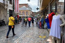 Personnes marchant à la rue piétonne au centre-ville de Fort-de-France (image d'illustration).