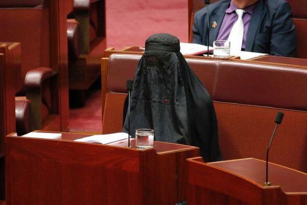 Pauline Hanson siège en burqa au sénat australien